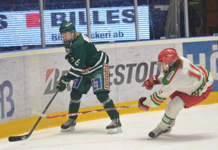 Ludvig Hultgren uppvaktas av Mora IK:s Emil Mattsson