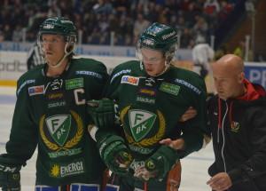 Oroväckande groggy Joakim Nygård leds ut av lagkamraten Nygga och lagets läkare Magnus Hallén Foto: Joakim Angle/fbkbloggen
