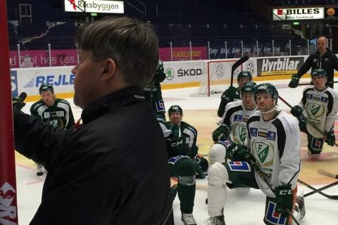 """Anders """"Ante"""" Karlsson går igenom detaljer i spelet under tisdagens träning Foto: Marie Angle/fbkbloggen"""